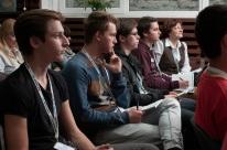 Laborkjaland - diákok és tanárok hallgatják az előadást
